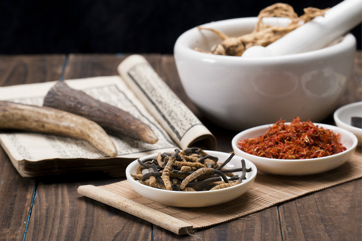 Traditional Chinese medicine (TCM) practitioners usually prescribe customized herbal formulas that vary in both amount and combination of herbs. In recent years, TCM drugmakers have largely standardized some of the most popular formulas, and tried to export them to the most-recognized U.S. and European markets. Photo: VCG