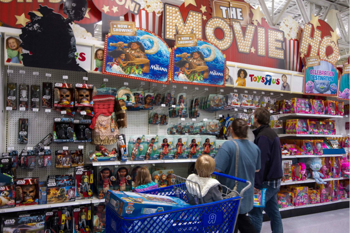 Shoppers at a toy store in Fairfax, Virginia, examine Mattel Inc. toys on Oct. 23. The first product of a newly announced joint venture between Mattel and NetEase Inc. will be based on the Mattel game Uno, which is being developed as a mobile app. Photo: VCG