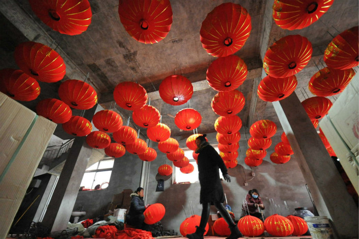 Workers step up production of red lanterns at a factory in Yuncheng, Shanxi province, on Tuesday. While the official manufacturing purchasing managers index (PMI) declined for the second straight month in January, the official nonmanufacturing PMI rose for the third month in a row. Photo: VCG