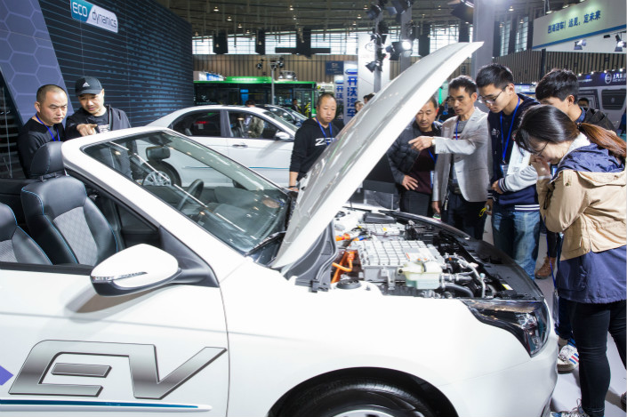 Attendees of a new-energy auto show examine a new-energy vehicle in Nanjing on April 7. The Mastercard Caixin BBD China New Economy Index shows that new economy industries accounted for 31.3% of total economic inputs used to make goods and services last month, marking the first decline since October. Photo: VCG