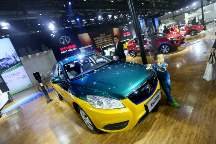 An electric taxi is exhibited at the 2017 China International Energy-Saving and New Energy Vehicles Exhibition in Beijing on Oct. 21. The National Development and Reform Commission, China's state planner, recently gave its final blessing to Daimler's purchase of 208 million shares of BAIC's new-energy car unit. Photo: VCG