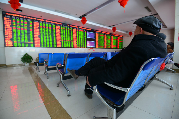 Investors in Fuyang, East China's Anhui province watch the stock market on Friday. The Shanghai Composite Index, the country's major benchmark, tumbled by 4.1% to 3,127.92 points by Friday's midday break, leaving it down nearly 10% this week. Photo: VCG