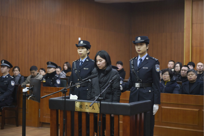 Mo Huanjing (center) confessed in a Hangzhou court to deliberately starting a fire that killed four people, but while the confession could have earned her some leniency under the law, it was not enough to help her avoid the death sentence in this case. Photo: VCG