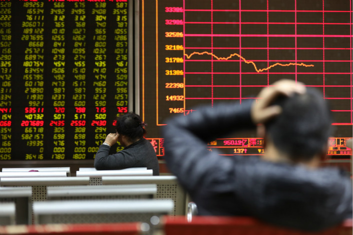 Investors at a brokerage watch the stock index in Beijing on Feb. 9. Large caps, including China Southern Airlines Co. Ltd. and Kweichow Moutai Co. Ltd., gained 4.3% and 2.9%, respectively, on Monday morning, reversing their losses from the previous week. Photo: IC