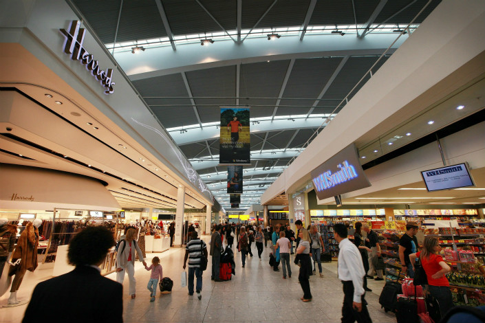 Passengers walk through the shopping area of Heathrow Airport's Terminal 5 in London, U.K., on Aug. 27 2017. An anonymous writer claiming to be a Chinese student working at a Heathrow duty-free store claimed his employer was making Chinese travelers pay more to access a promotion than shoppers from other nations. Photo: VCG