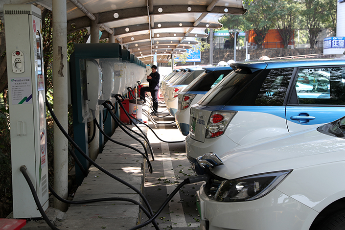 Electric cars are charged in Shenzhen, Guangdong province on Feb. 8. China's latest incentive plan will raise the threshold for pure electric vehicles eligible for subsidies to ones that can travel at least 150 kilometers (93 miles) on a single charge, up from 100 km. Photo: VCG