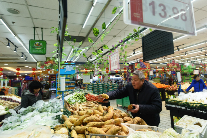 Consumers shop for vegetables on Friday at a supermarket in Hangzhou, East China's Zhejiang province. Photo: VCG