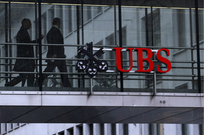 Employees pass between offices at the UBS headquarters in Zurich, Switzerland on Jan. 22. Photo: VCG