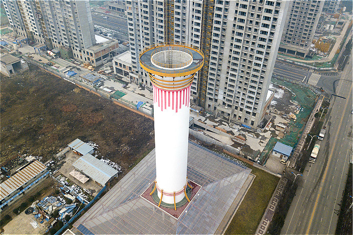 This 60-meter-high (197 feet) smog-sucking chimney in the northern city of Xi'an cost $2 million to build and around $30,000 in annual running costs. Photo: VCG