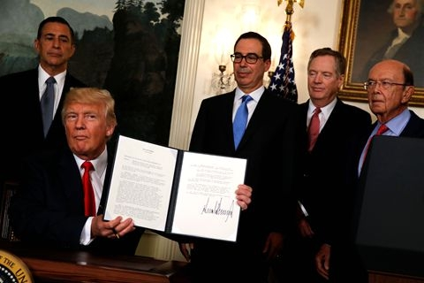 U.S. President Donald Trump signs an order on Aug. 14 instructing U.S. Trade Representative Robert Lighthizer to investigate China's intellectual property practices. Photo: VCG