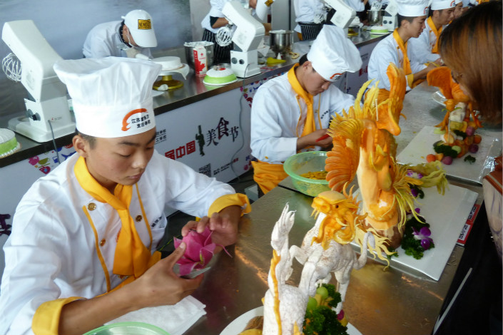 Culinary students sculpt food at the Xinhua Education Group's New East Cuisine School. Photo: VCG