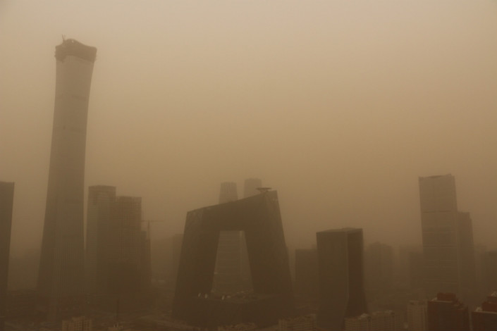 Beijing's meteorological observatory issued a blue sandstorm alert on Wednesday as air pollution shrouded the capital. Photo: VCG