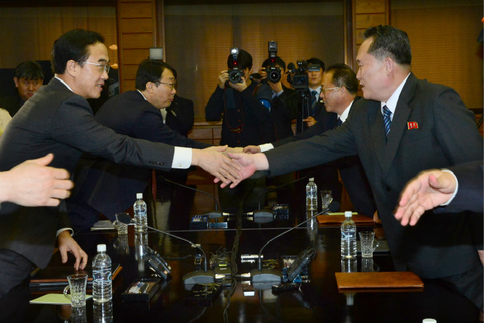 South Korean Unification Minister Cho Myoung-gyon shakes hands with North Korea's chief delegate Ri Son Gwon at their meeting in Panmunjom, which lies in the Demilitarized Zone between the countries on March 29. Photo: VCG