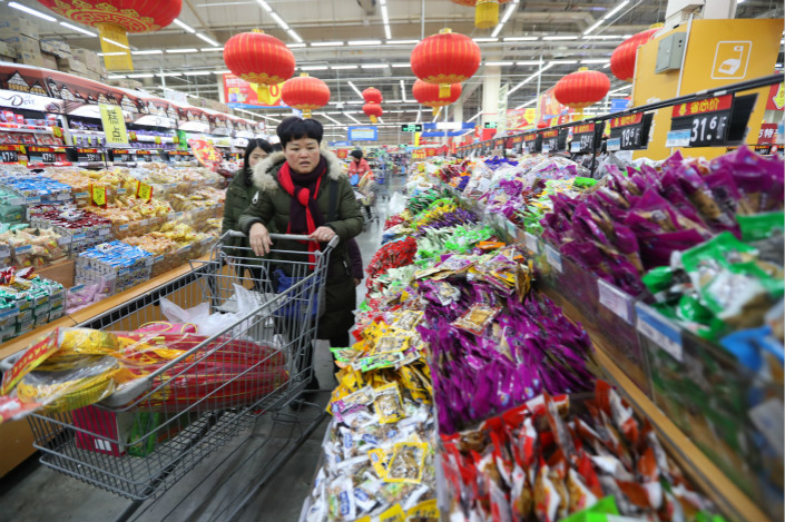 Chinese shoppers stock up on snacks in Walmart ahead of the annual Lunar New Year holiday in Kunming, Yunnan province on Feb. 8. Photo: VCG