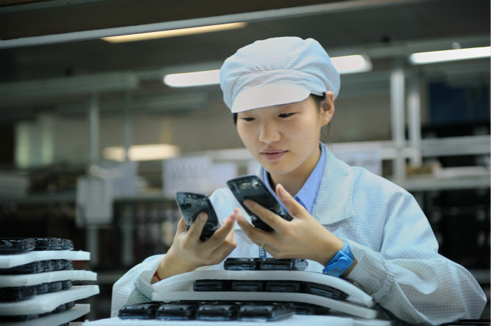 A worker assembles a mobile phone in September 2011 at Gionee's manufacturing plant in Dongguan, Guangdong province. Photo: VCG