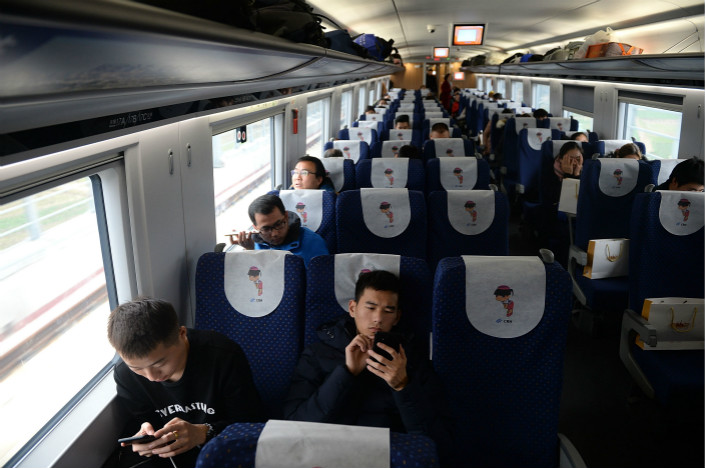 Passengers use the on-board W-Fi on a train from Xi'an to Chengdu on Dec. 6. Photo: VCG