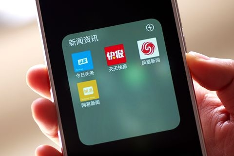 Four popular news apps (above) have been ordered to be taken from major app stores. Photo: VCG