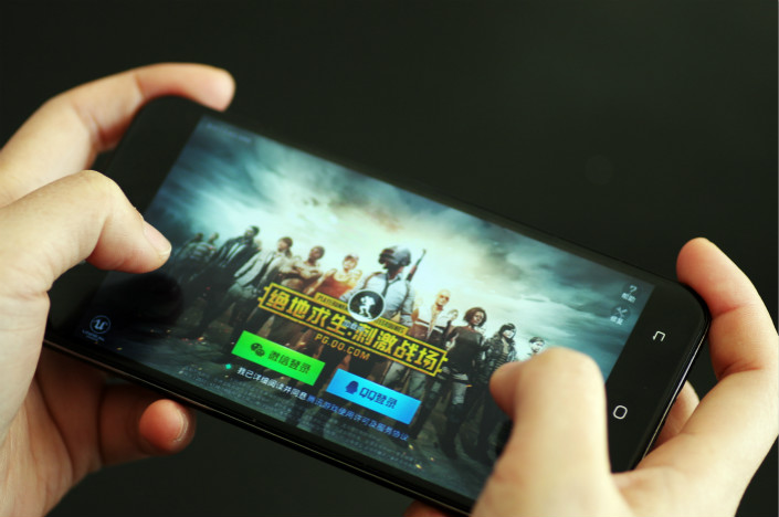 "A cellphone user plays Tencent Holding Ltd.'s ""PlayerUnknown's Battlegrounds."" Photo: IC"