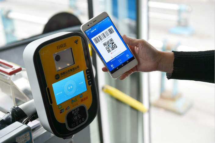 Bus passengers in Mianyang, Sichuan province, use Alipay to pay for their rides on Nov. 28. Photo: VCG