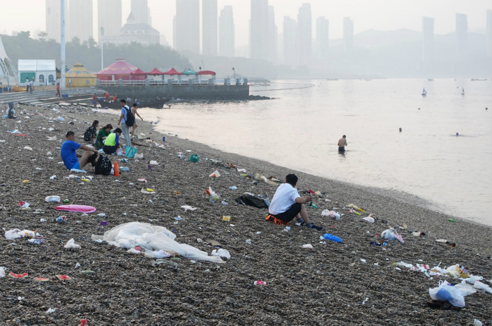 Garbage litters a beach of Dalian, Liaoning province, in August 2016. Photo: VCG
