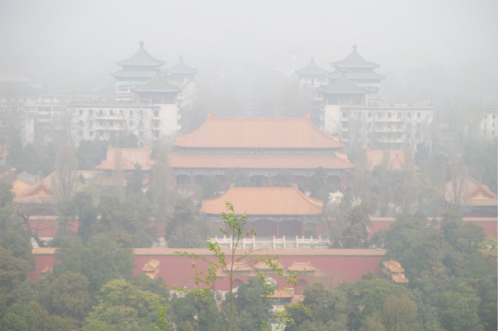 Severe smog blankets Beijing on April 2. Photo: VCG