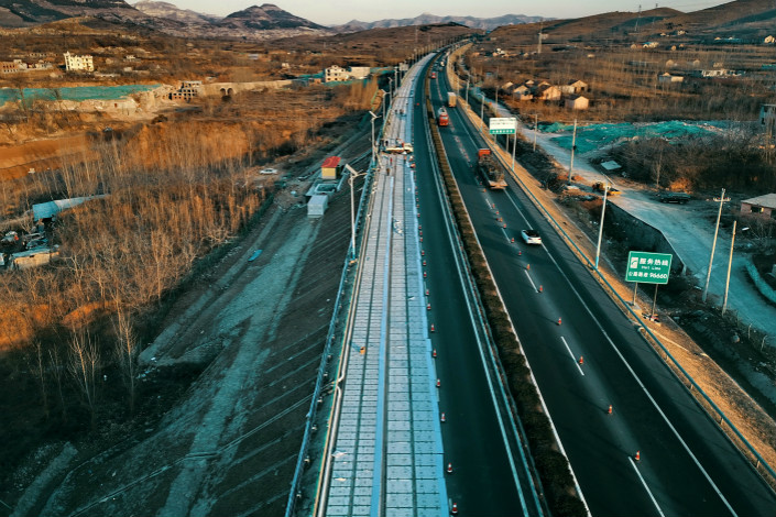 The world's first photovoltaic expressway is under construction in Ji'nan,Shandong province, on December 12. Photo: IC