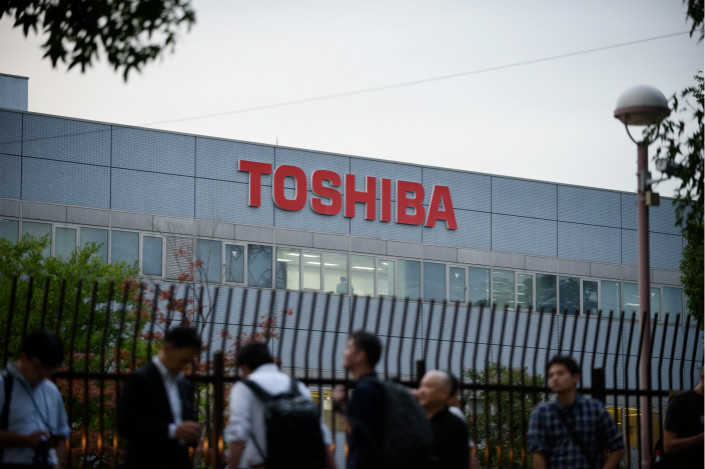 Toshiba says it's committed to selling its memory chip unit. Photo: VCG