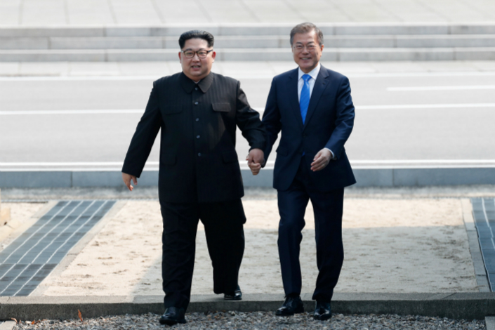 South Korean President Moon Jae-in and North Korean leader Kim Jong Un attend a welcoming ceremony Friday in the truce village of Panmunjom inside the demilitarized zone separating the two Koreas. Photo: VCG
