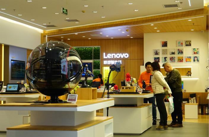 Shoppers peruse a Lenovo store in a Beijing shopping center on Jan. 29. Photo: VCG