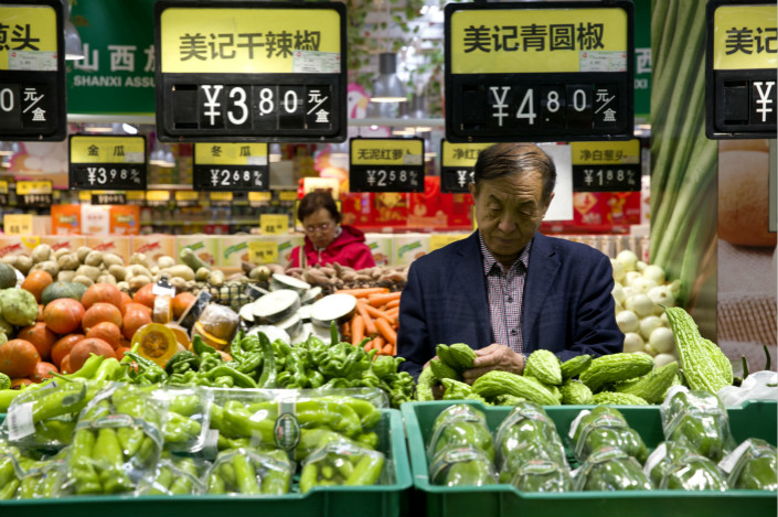Shoppers buy vegetables in a Taiyuan, Shanxi province supermarket on April 11. Photo: VCG