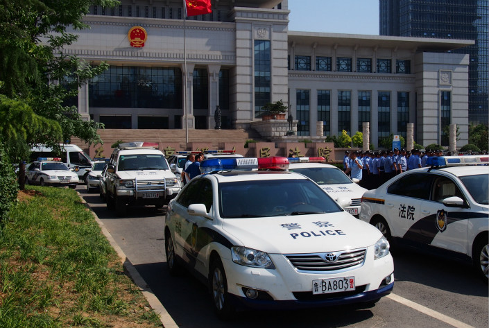 There was a heavy police presence around the Shandong High People's Court on May 27 ahead of a hearing for Yu Huan, who had been earlier sentenced to life in prison for stabbing Wu Xuezhan's employee. Yu's sentence was cut to five years behind bars. Photo: VCG
