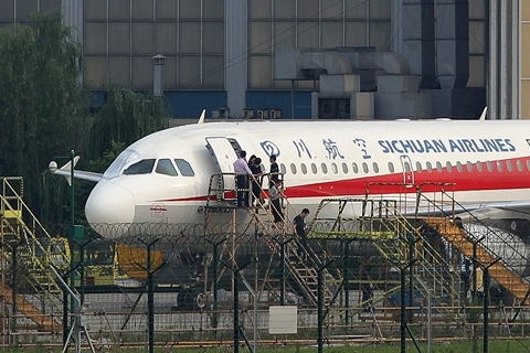 Workers inspect a Sichuan Airlines aircraft that made an emergency landing in Chengdu after a cockpit windshield broke off. Photo: VCG