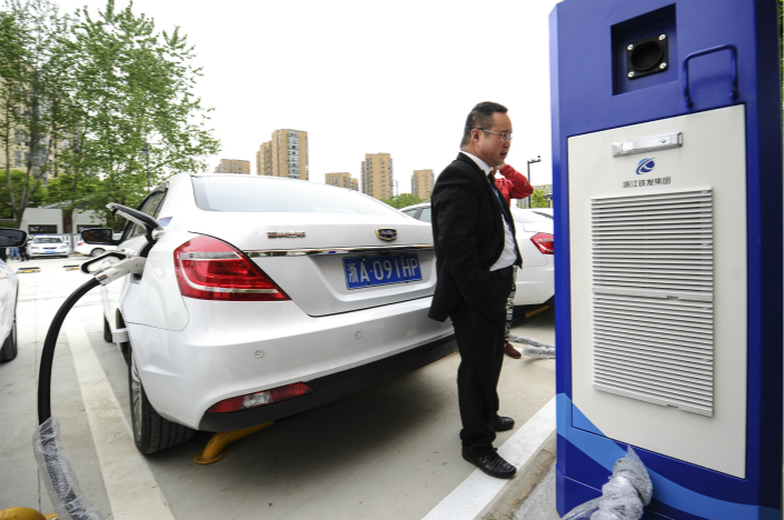 A driver recharges his new-energy vehicle at the Hangzhou East railway station in Hangzhou, Zhejiang province, on April 16. Photo: VCG
