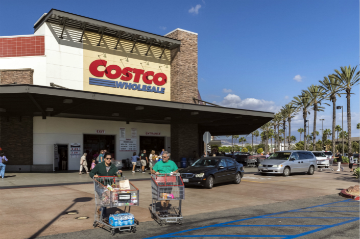 Shoppers leave a Costco store in Irvine, California, in the U.S. on Sept. 22. Photo: IC