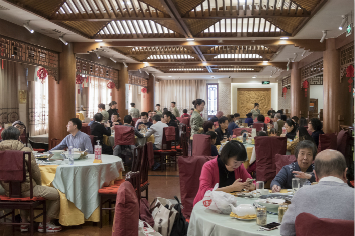 Diners eat at Beijing's Quanjude restuarant, famous for its Peking duck, on Dec. 31. Photo: VCG