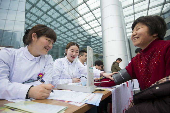 Health workers in Nantong, Jiangsu province, teach members of the public about blood pressure and preventing hypertension on March 15. Photo: VCG