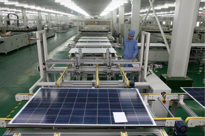 A worker monitors production of photovoltaic cells for solar panels at a plant in Nantong, East China´s Jiangsu province, in November 2011. Photo: IC
