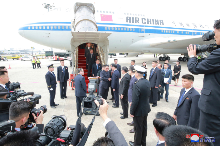 North Korean leader Kim Jong Un exits the Air China plane which brought him to Singapore for the summit with U.S. President Donald Trump on June 10. Photo: VCG