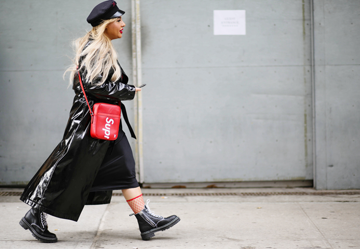 A chic showgoer at New York Fashion Week carries a Supreme bag on Feb 10. Photo: VCG