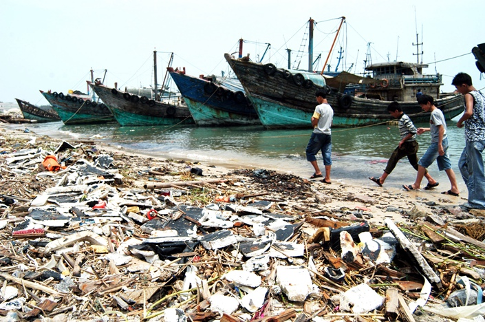 Garbage is strewn across a beach in Shishi, Fujian province, in June 2014. Photo: VCG