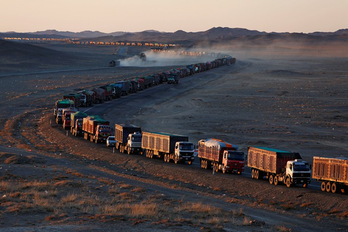 Thousands of heavy-duty trucks loaded with coal line up for around 130 kilometers (80 miles) on the sole road through the Gobi desert on the Mongolian side of the Mongolia-China border, Oct. 29, 2017.  Photo: VCG