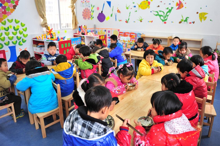 Children eat lunch at a preschool in Yichang, Hubei province, in December 2014. Photo: VCG