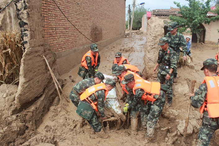 Armed police officers rescue a victim of a flash flood on Thursday in Linxia prefecture in China's northwestern province of Gansu. Photo: VCG