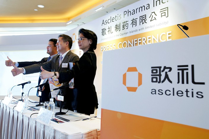 Ascletis Pharma Inc. Marketing Director Frank Huang, CEO Wu Jinzi and Vice President Chen Yi host a news conference in Hong Kong on Thursday. Photo: VCG