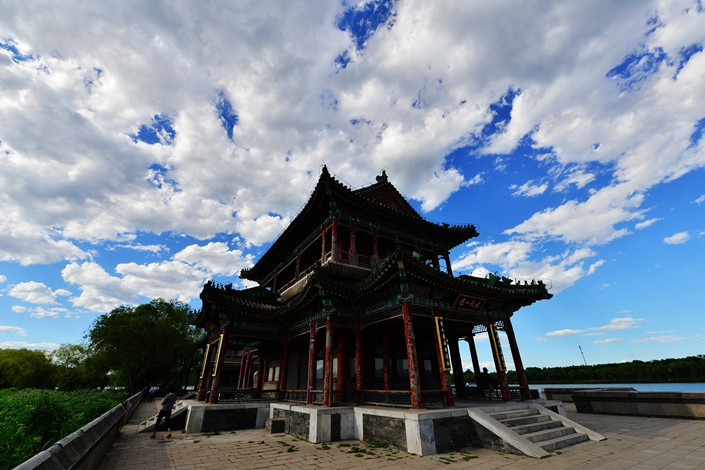 Clear skies greet tourists visiting the Summer Palace in Beijing on June 27. Photo: VCG