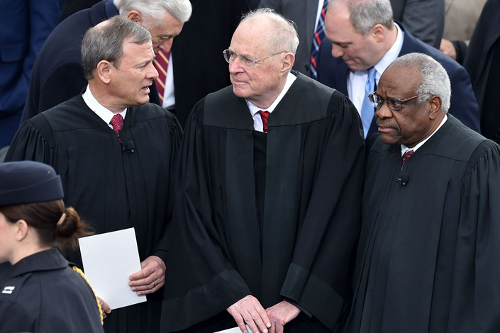 (From left) U.S. Supreme Court Chief Justice John Roberts and justices Anthony Kennedy and Clarence Thomas stand on the platform of the U.S. Capitol in Washington on Jan. 20, 2017, before the swearing-in ceremony of U.S. President-elect Donald Trump. Photo: VCG