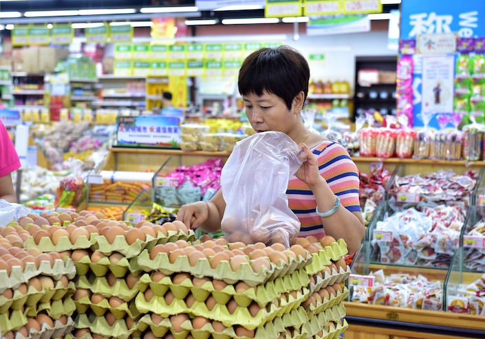 A shopper buys eggs at a supermarket in Shijiazhaung, the capital of Hebei province, on Aug. 9. Photo: VCG