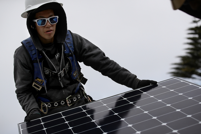 A worker installs a photovoltaic panel in San Francisco on May 9. Photo: VCG