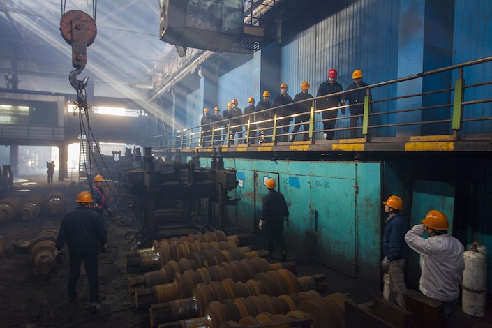 Workers prepare to dismantle machinery at a state-owned Jigang Group Co., Ltd. facility in Shandong province, on its last day of operation on Mar. 12, 2016. Photo: VCG.