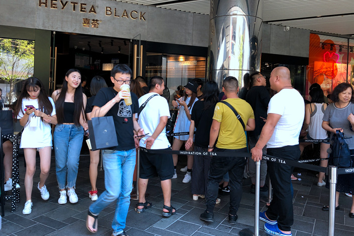 A queue winds out of a popular Heytea store in downtown Beijing on Thursday. Photo: Wu Gang/Caixin